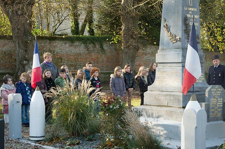 Les élèves de l'école primaire au monument aux morts